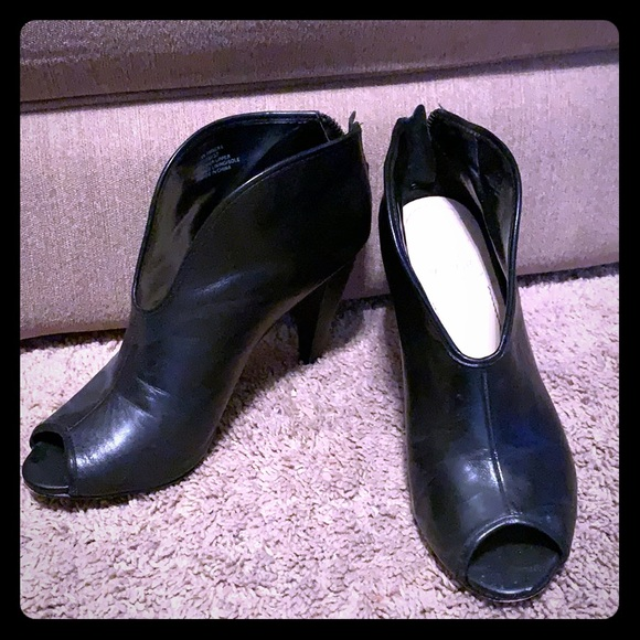 """Vince Camuto Shoes - Vince Camuto Black Leather 3 1/2"""" Booties Size 7"""